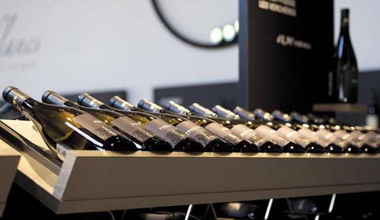 etale de bouteilles de vin blancs
